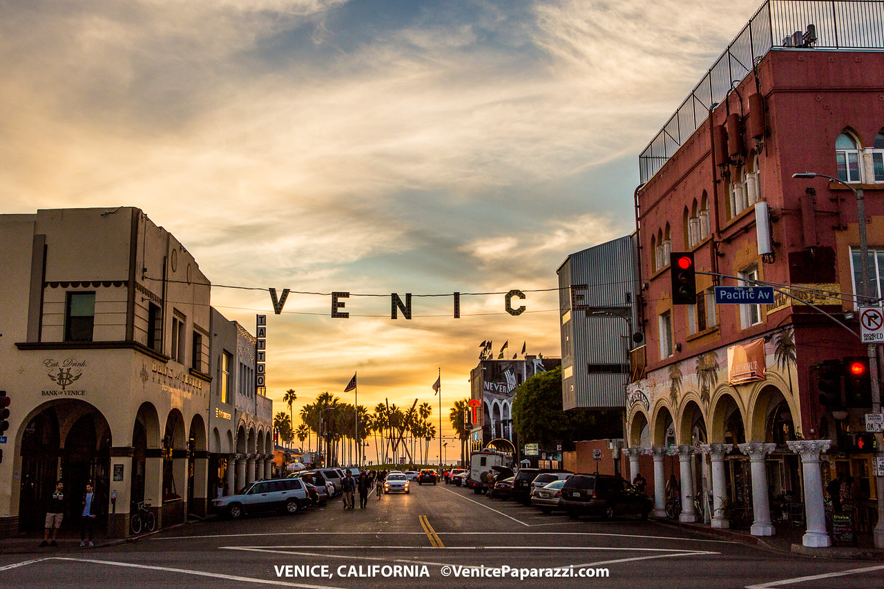 Snap A Selfie With The Iconic Venice Sign Venice